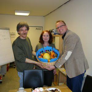 Überraschungskorb: Guntram Müller, Sandra Bennett und Jochen Ott
