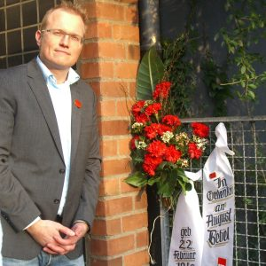 Jochen Ott vor Gedenktafel von August Bebel